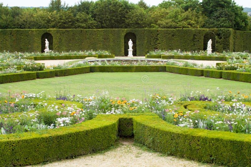 Bloembedden en hagen in de mooie tuin van de pa van Versailles royalty-vrije stock fotografie
