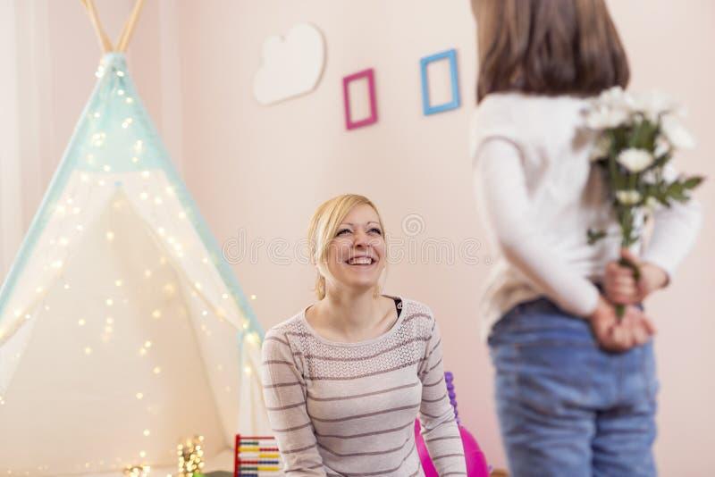 Bloemboeket als verrassing voor Moeder` s dag stock fotografie