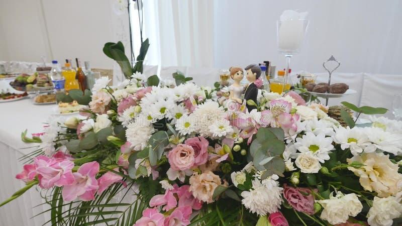Bloemdecoratie op de huwelijkslijsten royalty-vrije stock fotografie