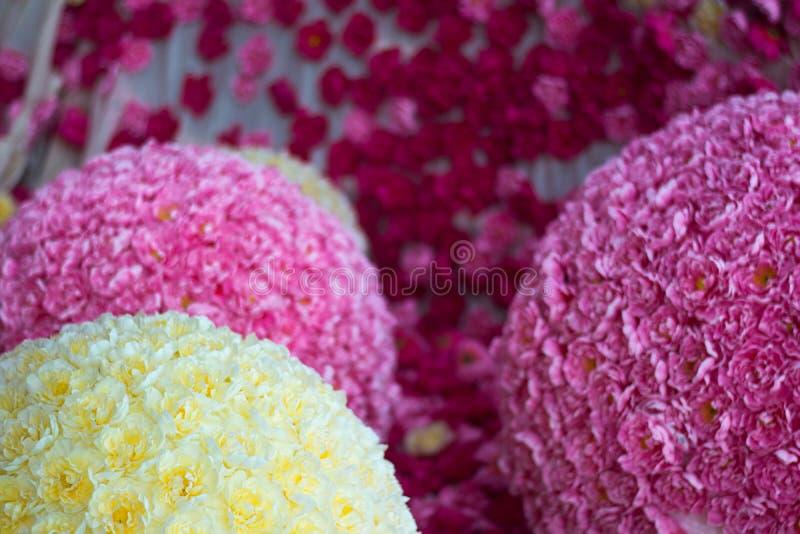 Bloemen achtergrond Partij van kunstmatige gele roze bloemen in kleurrijke samenstelling stock fotografie