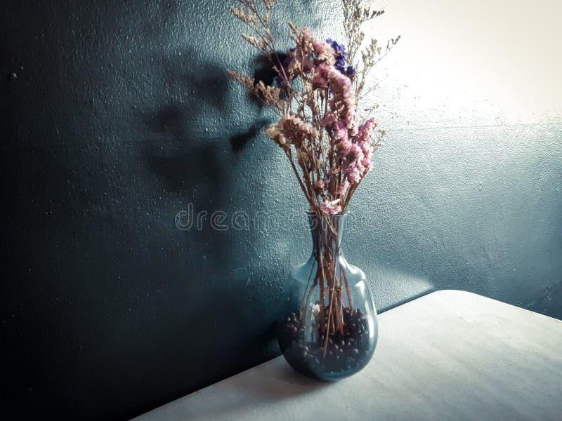 Bloemen in bestelwagen royalty-vrije stock foto