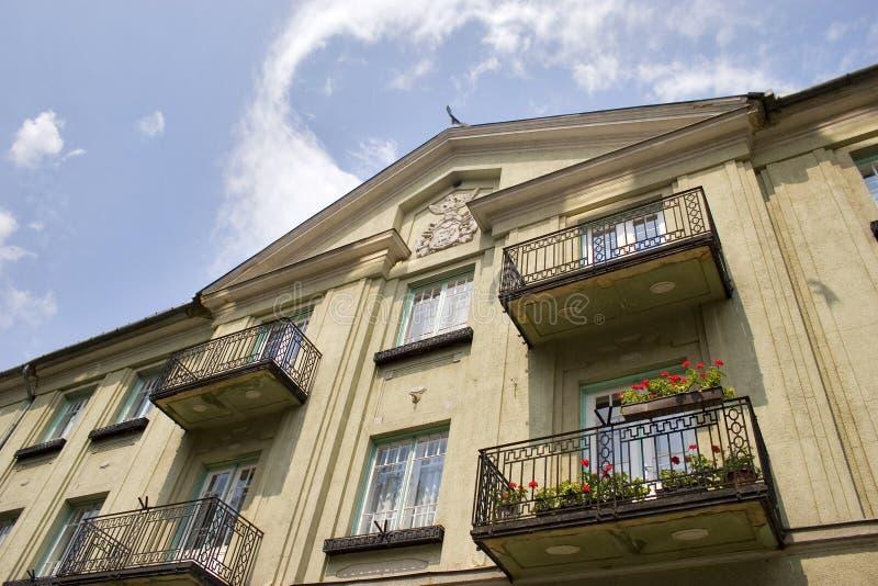 Bloemen bij balkon stock fotografie
