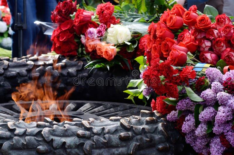 Bloemen bij de Eeuwige Vlam in herdenking van Sovjetmilitairen stock fotografie