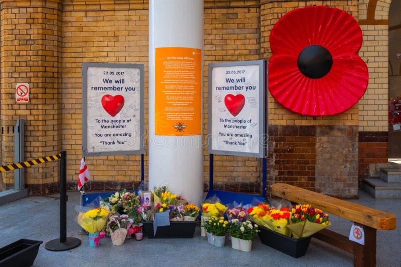Bloemen bij de post die van Manchester worden gekocht Victoria stock fotografie