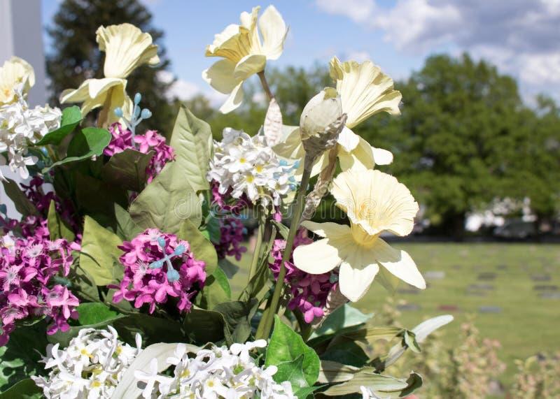Bloemen bij een Kerkhof stock fotografie