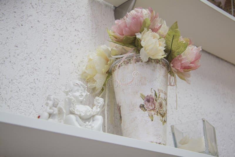 Bloemen in binnenland stock afbeeldingen
