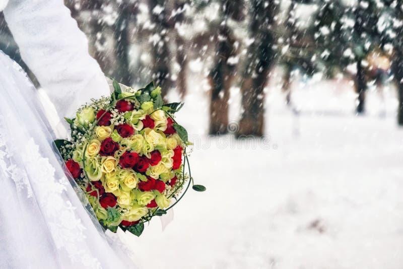Bloemen, bruid en sneeuw stock afbeeldingen