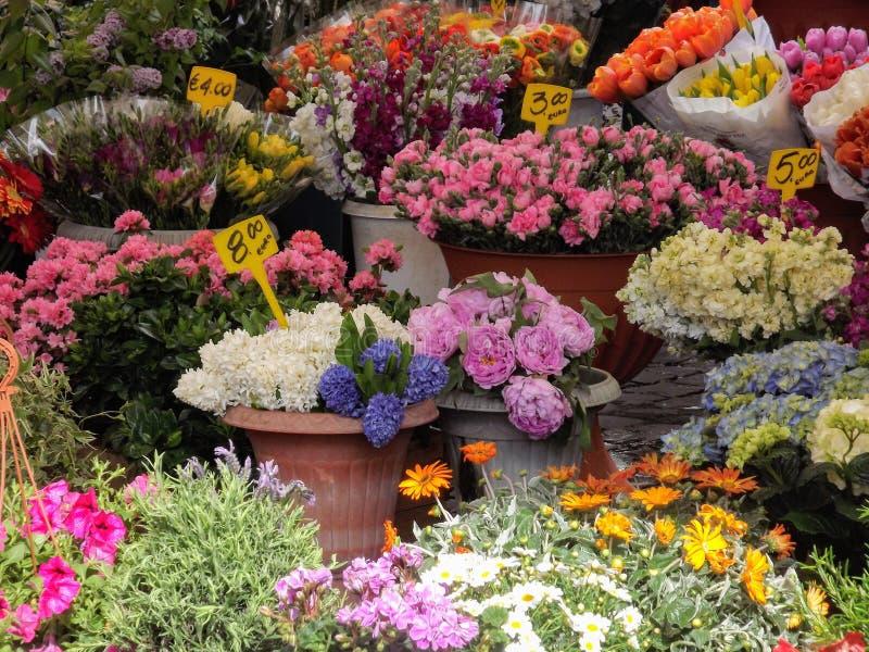 Bloemen in de markt van Rome stock afbeelding