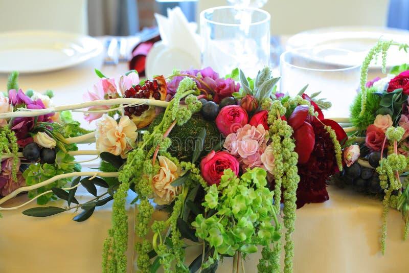 Bloemen de tent Witte luifel van het regelingshuwelijk stock afbeelding