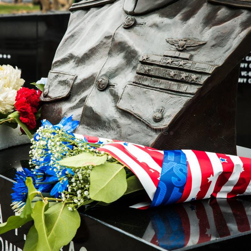 Bloemen door het militaire monument op Memorial Day royalty-vrije stock foto's