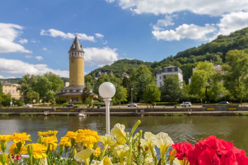 Bloemen in een bloempot rivier Lahn overzien en de kuuroordstad Slecht EMS die in Duitsland stock afbeelding