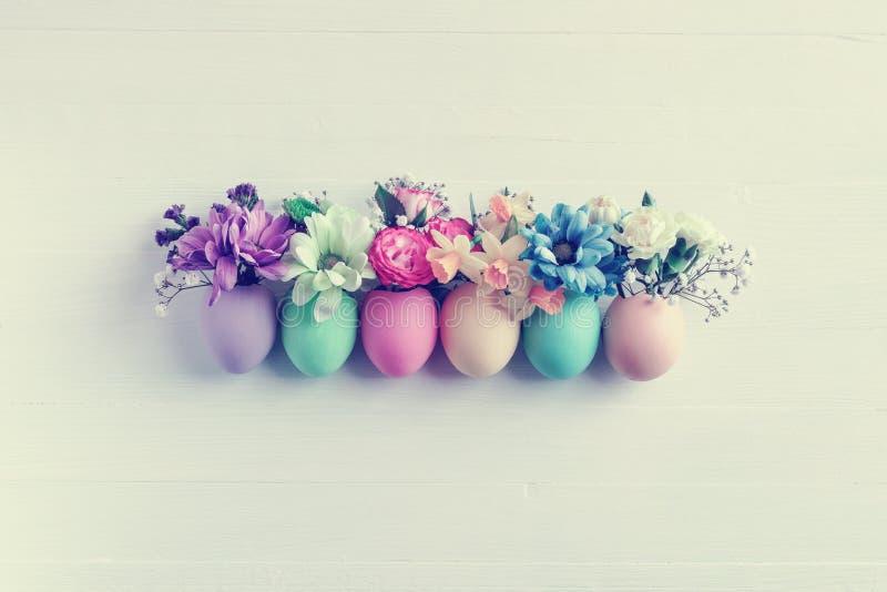 Bloemen in een eierschaal royalty-vrije stock fotografie