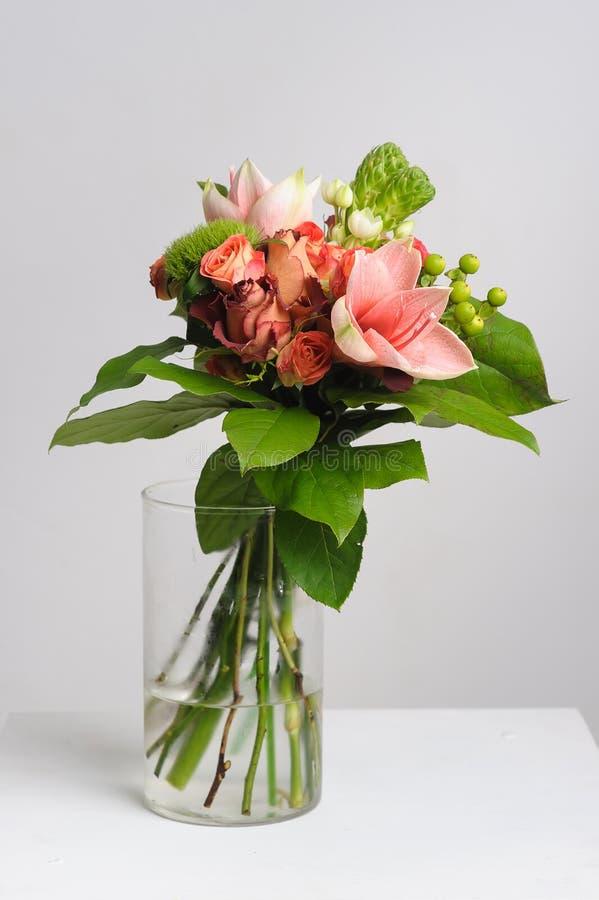 Bloemen in een glasvaas royalty-vrije stock afbeelding