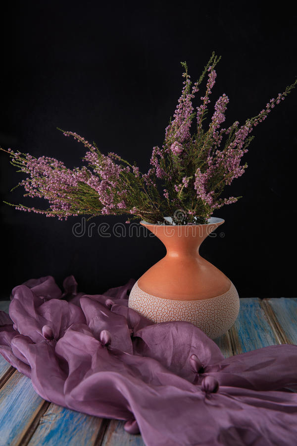 Bloemen in een vaas stock afbeelding
