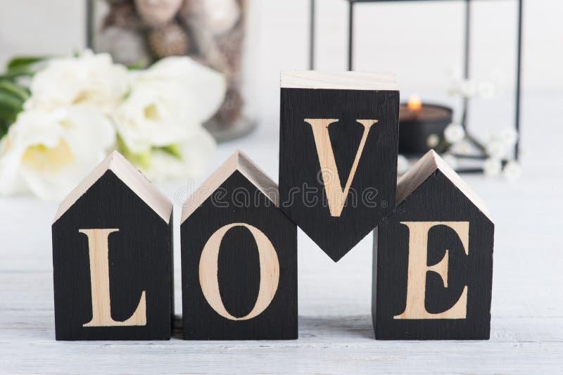 Bloemen en aangestoken kaars, houten brievenliefde stock foto