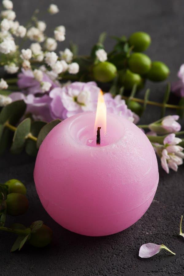 Bloemen en aangestoken kaars royalty-vrije stock afbeeldingen