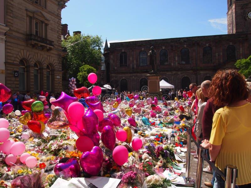 Bloemen en Ballons voor de slachtoffers van de de Arenaaanval van Manchester royalty-vrije stock afbeelding