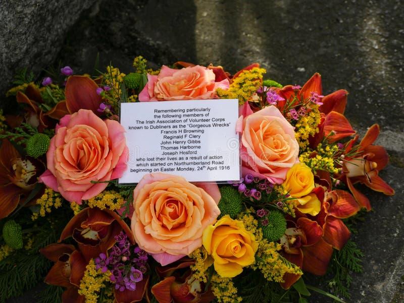 Bloemen en bericht op het Gedenkteken van Pasen 1916 in Dublin, Ierland royalty-vrije stock fotografie