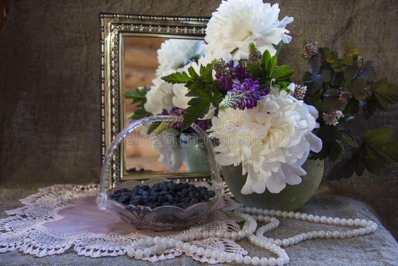 Bloemen en bessen stock fotografie