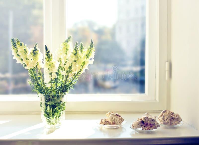 Bloemen en cakes bij vroege ochtend stock afbeelding