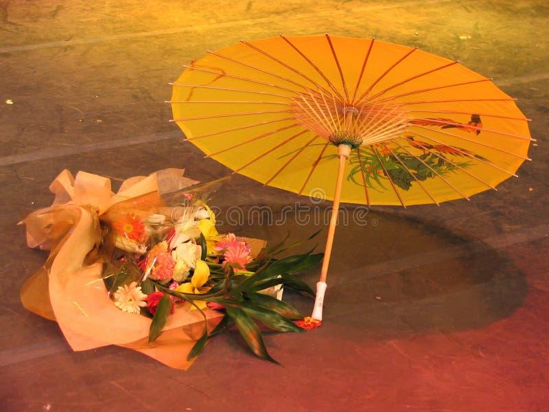 Bloemen en Chinese paraplu stock fotografie
