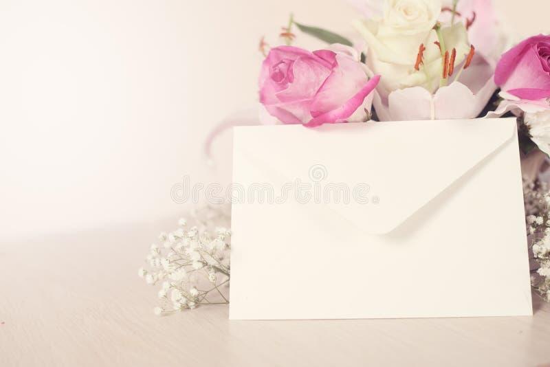 Bloemen en envelop royalty-vrije stock fotografie