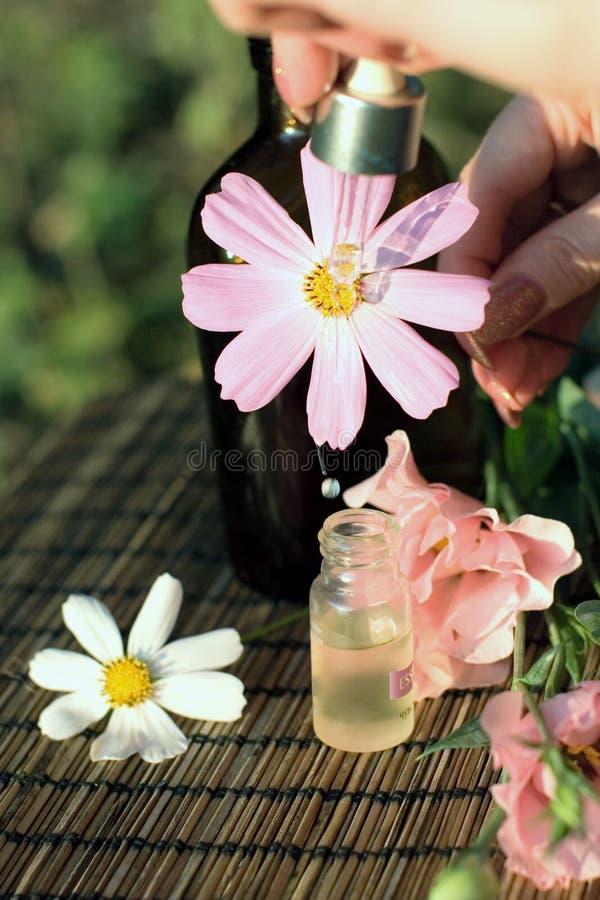 Bloemen en essentiële olie stock afbeelding
