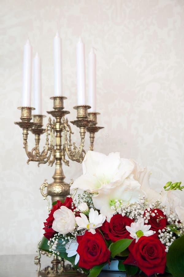 Bloemen en kandelaar royalty-vrije stock afbeelding