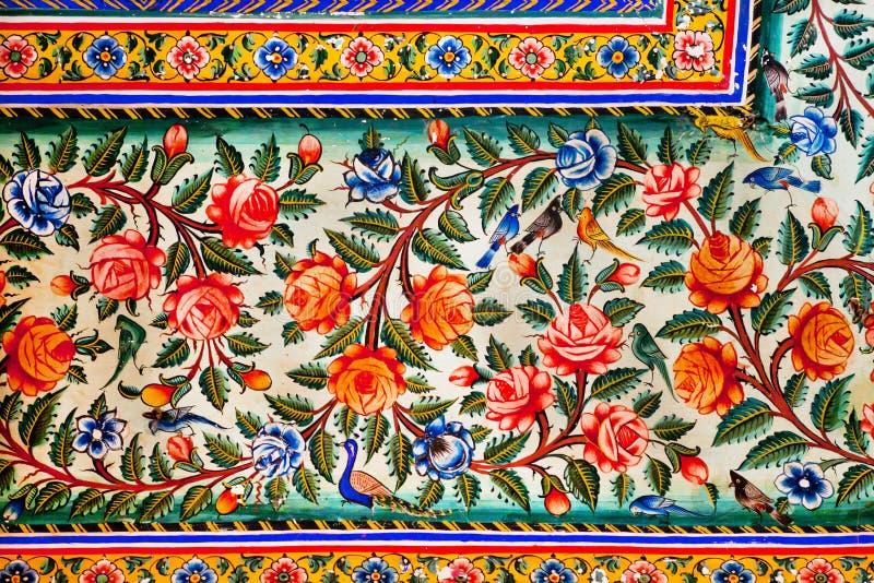 Bloemen en klein vogelsontwerp op kleurrijke fresko van historisch herenhuis stock afbeelding