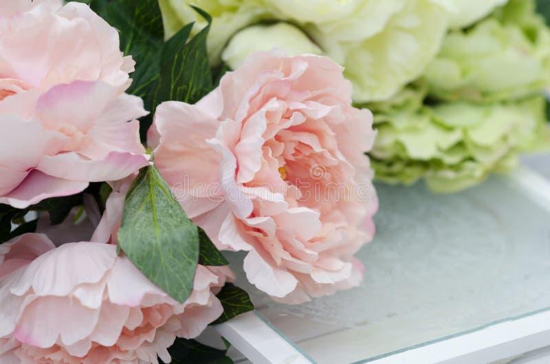 Bloemen en lampen op de witte houten lijst royalty-vrije stock fotografie