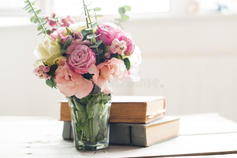 Bloemen en oude boeken stock afbeelding