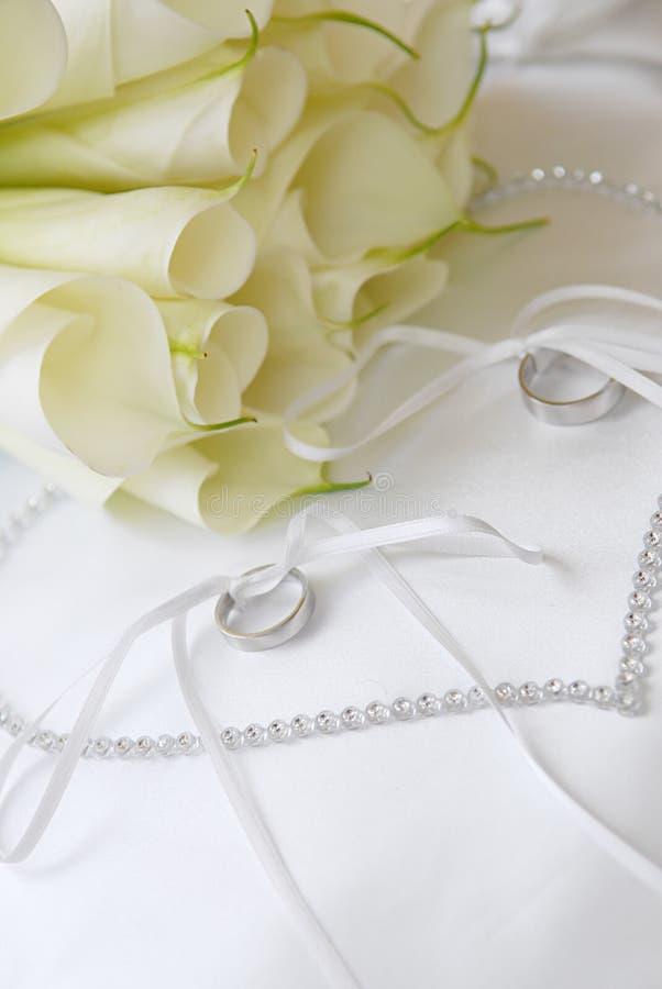 Bloemen en trouwringen royalty-vrije stock afbeeldingen