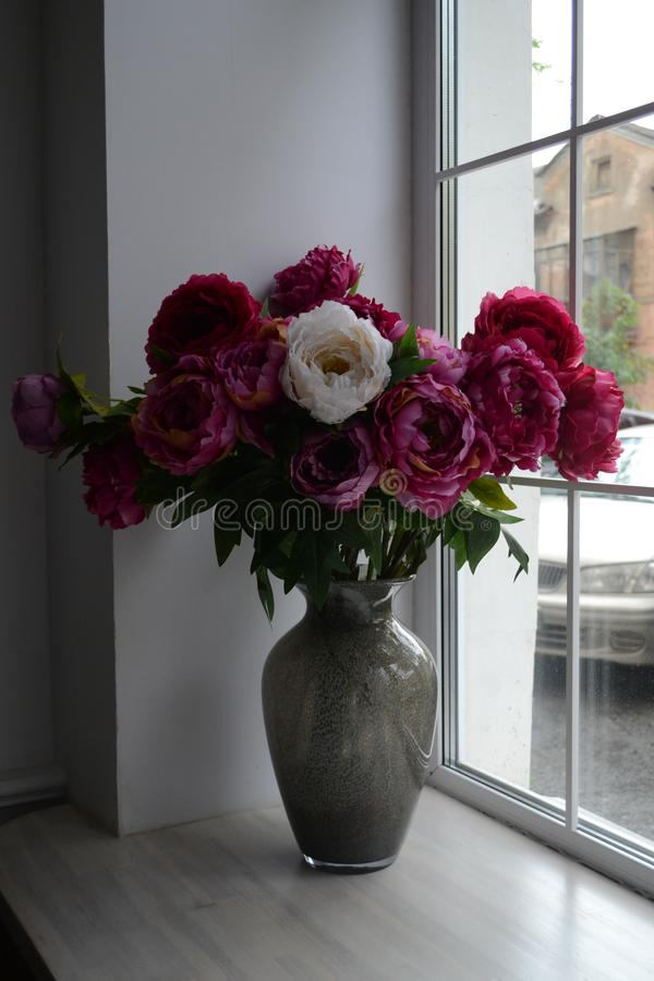 Bloemen en venster royalty-vrije stock afbeeldingen