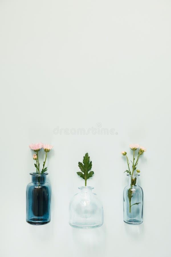 Bloemen in glasvazen stock afbeeldingen
