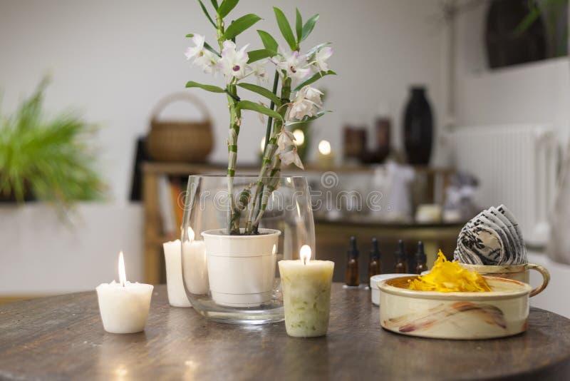 Bloemen, kaarsen en gezonde snacks op de lijst van de schoonheidssalon stock afbeelding