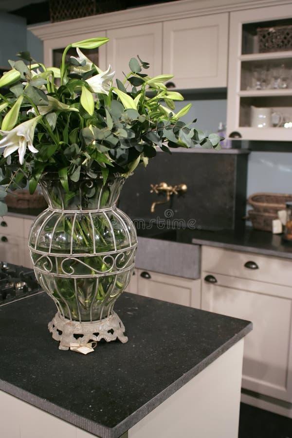Bloemen in keuken stock afbeelding