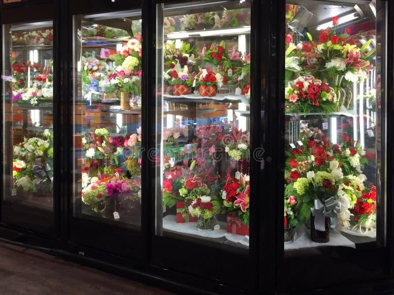 Bloemen in koeling het verkopen stock afbeeldingen