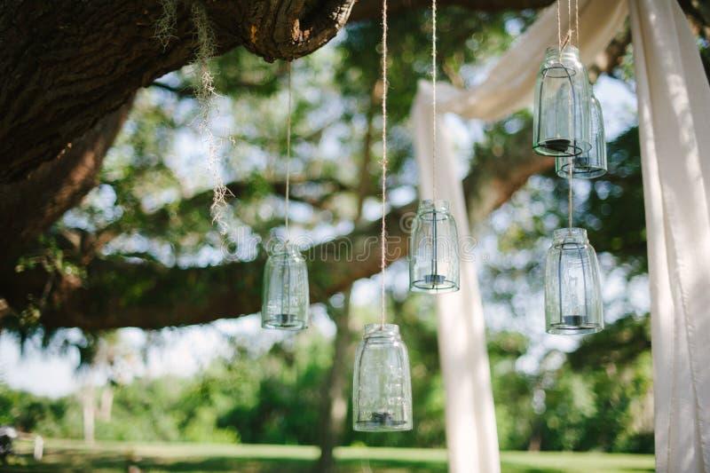 Bloemen, lantaarns, doek het hangen van een grote eiken boom in Overladen stock foto