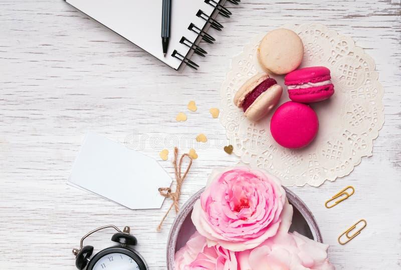 Bloemen, macarons en ander leuk materiaal stock afbeelding