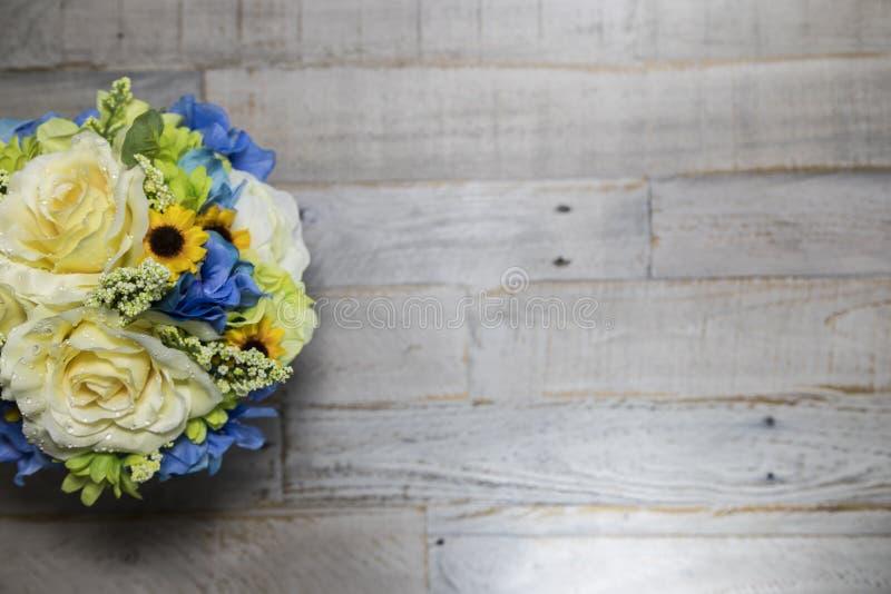 Bloemen op de Verontruste Houten Brede Hoek van de Oppervlaktelinkerkant stock fotografie