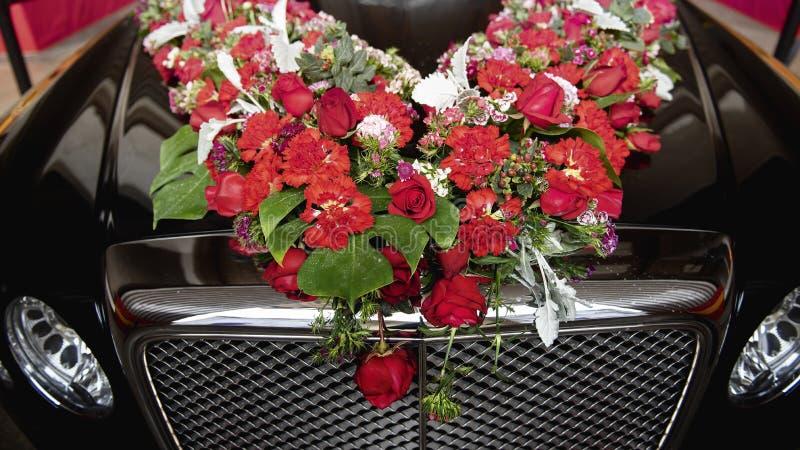 Bloemen op de zwarte auto royalty-vrije stock afbeelding