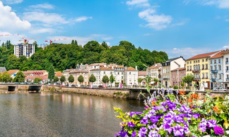 Bloemen op een brug over de Rivier van Moezel in Epinal, Frankrijk stock afbeeldingen