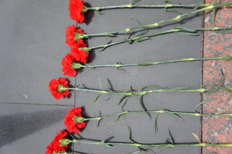 Bloemen op het monument royalty-vrije stock foto's