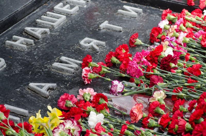 Bloemen op het monument royalty-vrije stock afbeelding