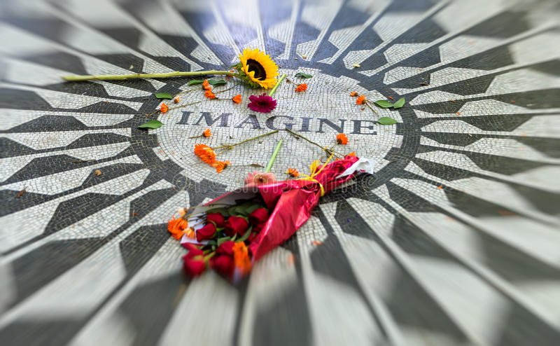 Bloemen op Imagine Mozaïek in NYC-Central Park stock foto