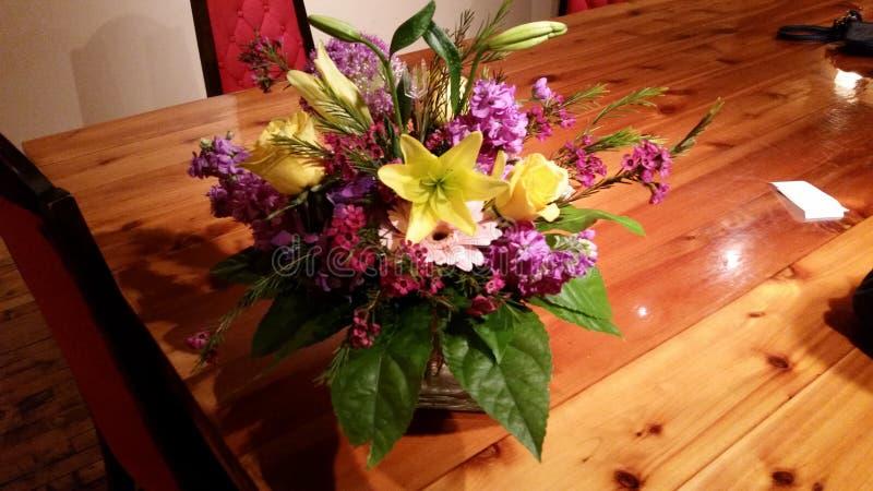 Bloemen op lijst royalty-vrije stock fotografie