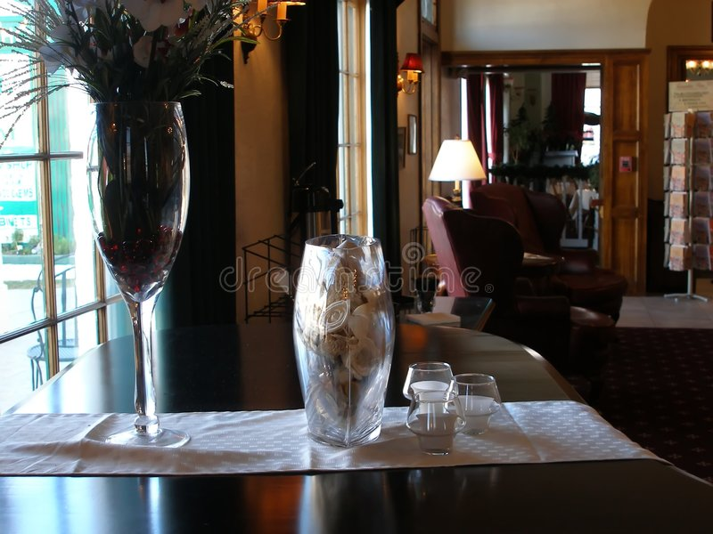 Bloemen op piano in het hol royalty-vrije stock afbeelding
