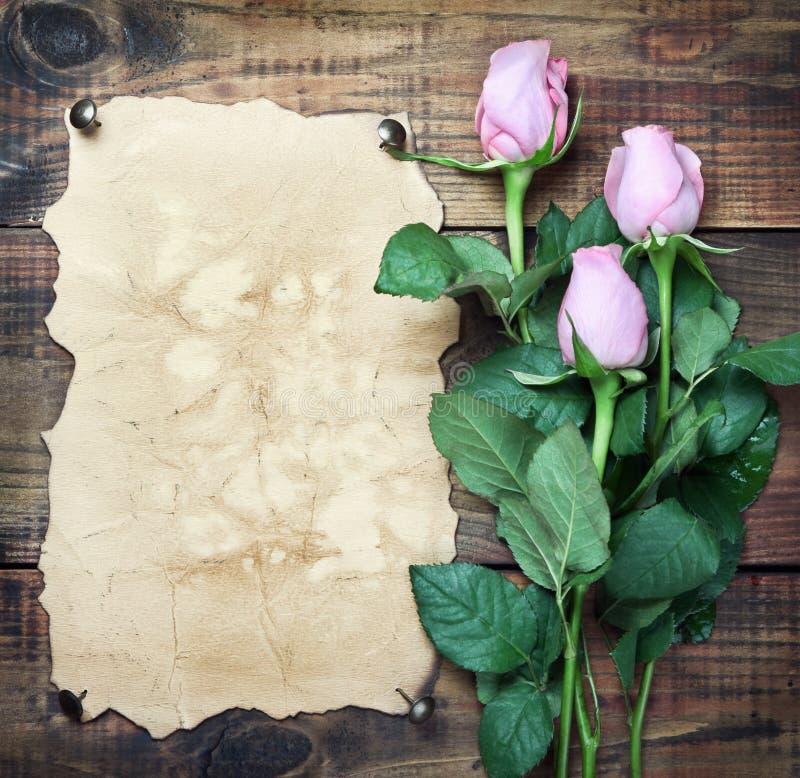 Bloemen op uitstekend hout royalty-vrije stock fotografie