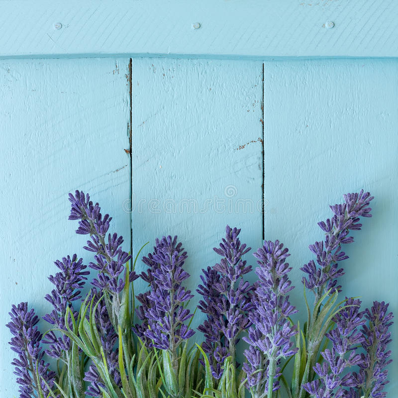 Bloemen op uitstekende houten achtergrond stock afbeeldingen