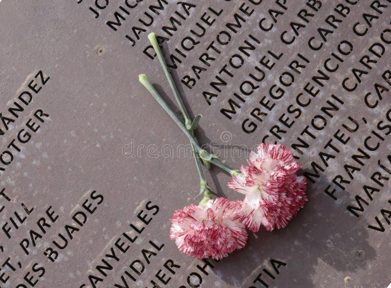 Bloemen over het herdenkingsgraf van de geheugenmuur in Mallorca stock fotografie